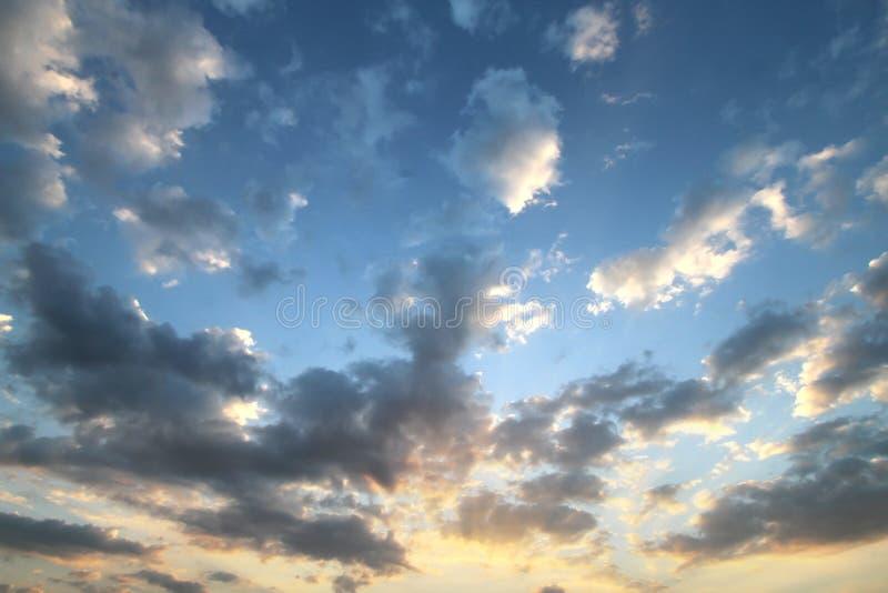 Zonsondergang van de wolken de Blauwe hemel stock afbeeldingen