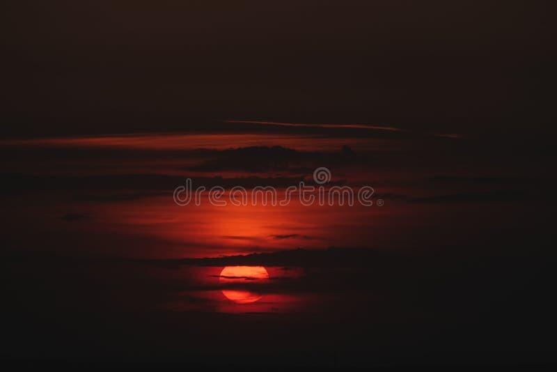 Zonsondergang van de de zomer de Bewolkte Oranje schaduw stock afbeelding