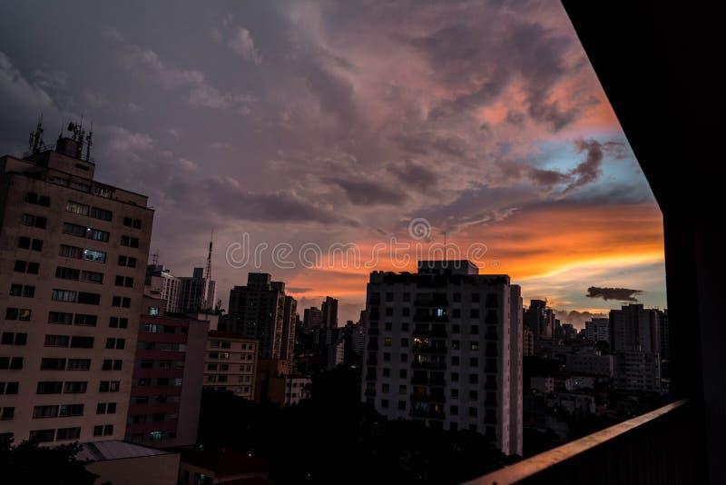 Zonsondergang van grote stad stock afbeeldingen