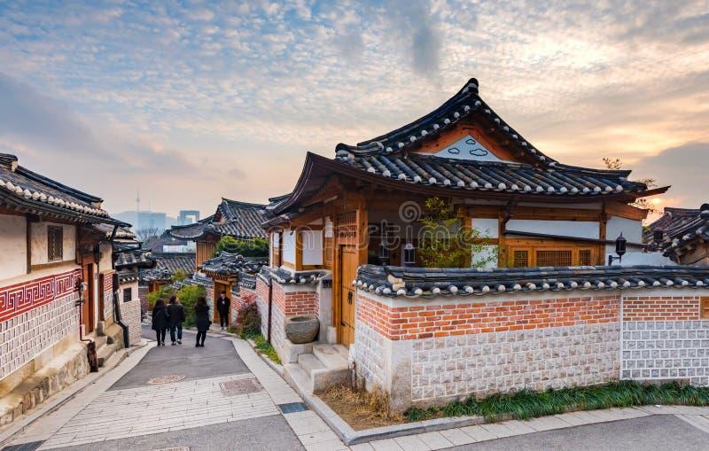 Zonsondergang van het Dorp van Bukchon Hanok in Seoel, Zuid-Korea royalty-vrije stock afbeeldingen