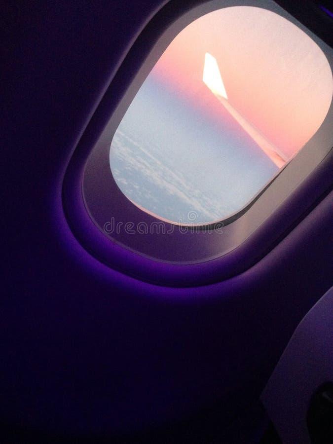 Zonsondergang van het vliegtuig stock afbeelding