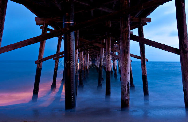 Zonsondergang van onder de Pijler van Balboa, New Port Beach royalty-vrije stock foto's