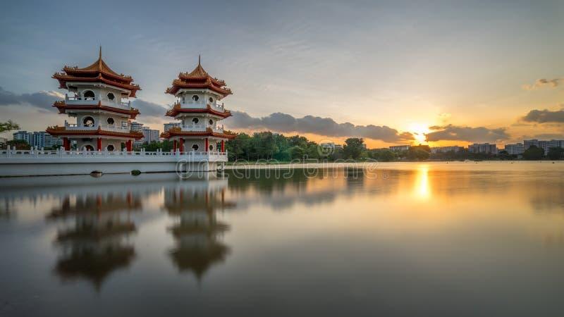Zonsondergang van Tweelingtorens, Chinese Tuin royalty-vrije stock afbeeldingen
