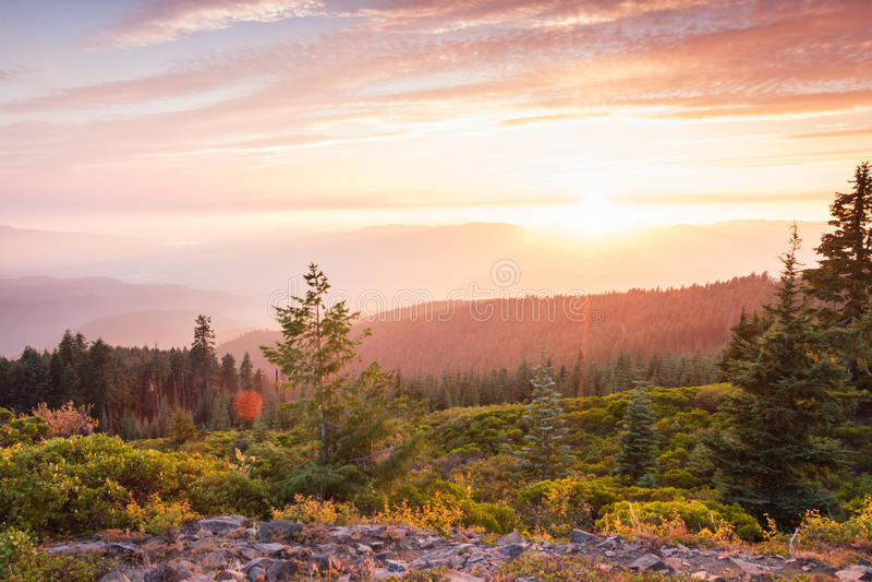 Zonsondergang vanaf een bergbovenkant stock afbeelding