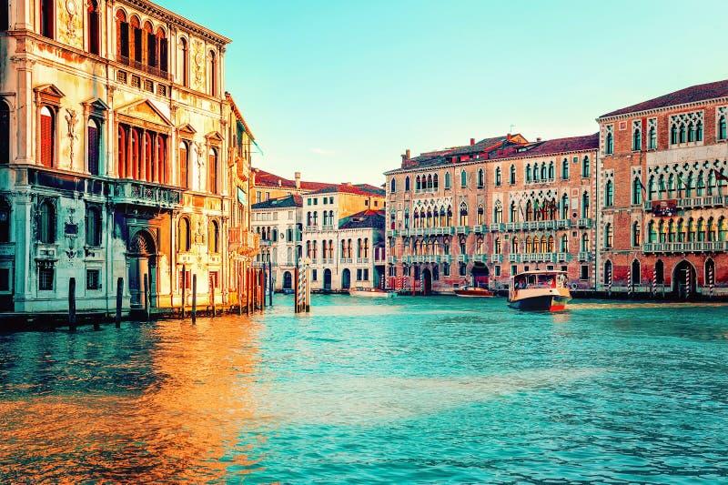 Zonsondergang in Veneti?, Itali? Boot op groot kanaal royalty-vrije stock foto's