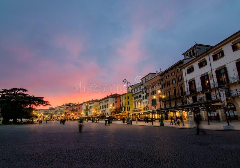 Zonsondergang in Verona met schitterende hemel wordt gekenmerkt die , Verona, Italië stock fotografie
