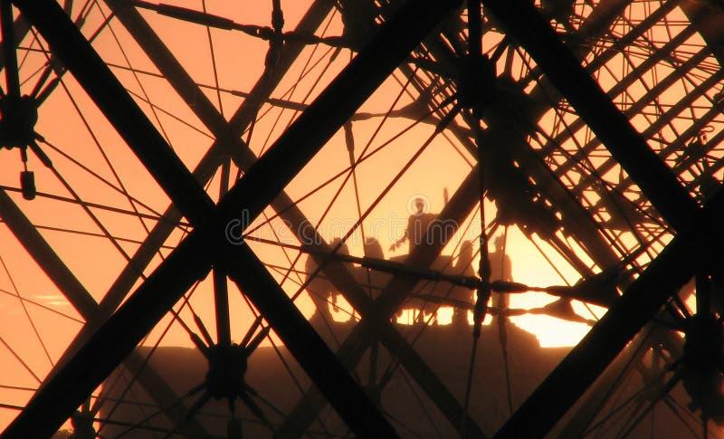 Zonsondergang voor het Louvre, Parijs royalty-vrije stock fotografie