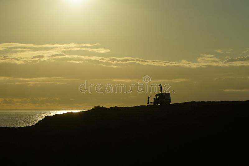 Zonsondergang, vrije geest, vrijheid, silhouetts stock afbeeldingen