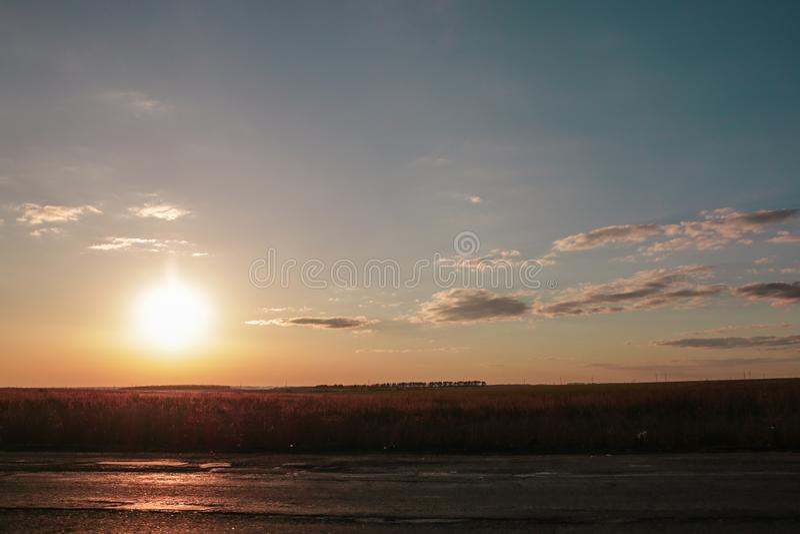 Zonsondergang, wolken en de weg royalty-vrije stock afbeelding