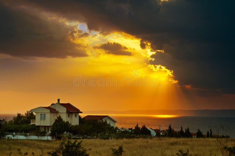 Zonsondergang - Wolken - Huis stock afbeeldingen