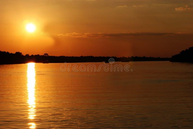 Zonsondergang in Zimbabwe over Zambezi rivier stock foto's
