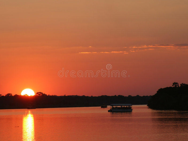 Zonsondergang in Zimbabwe over Zambezi rivier royalty-vrije stock foto