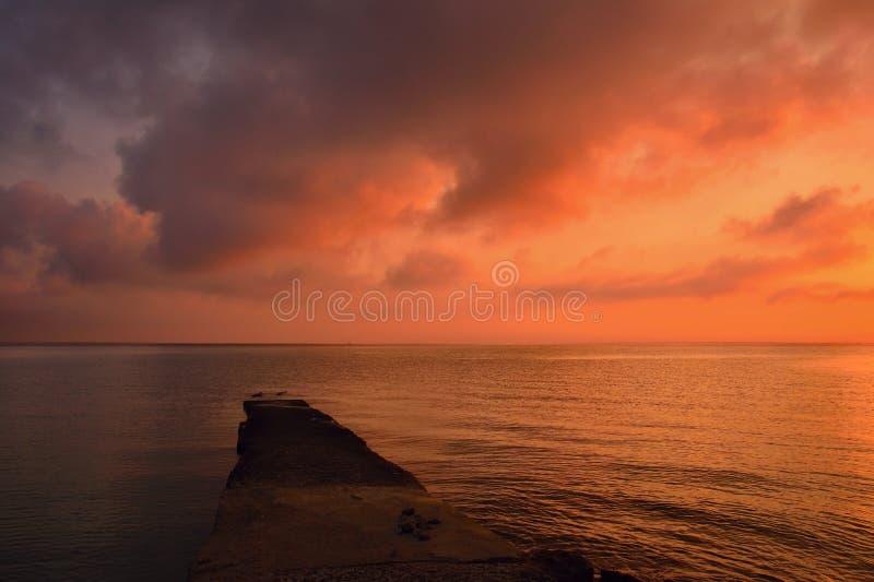 Zonsondergang - zonsopgang door het overzees op het strand Mooi romantisch landschap met aard Korfu - Kerkyra Griekenland royalty-vrije stock foto