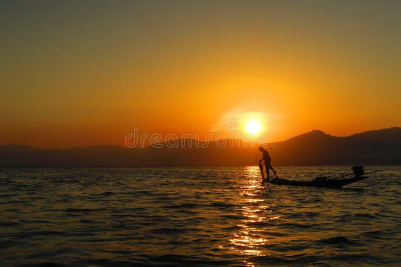 Zonsondergang of zonsopgang in Inle-Meer met visser Myanmar Burma Birmanie stock foto