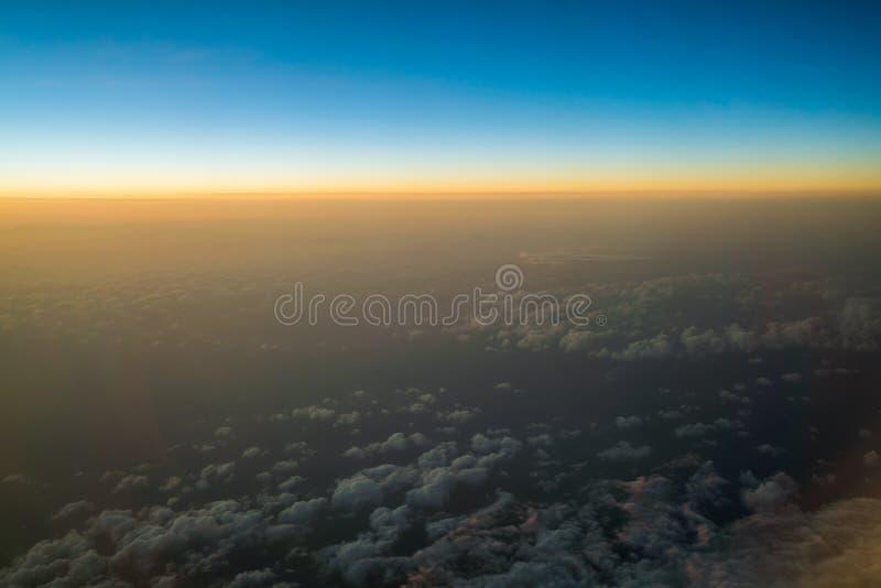 Zonsondergang of zonsopgang van vliegtuig wordt bekeken dat royalty-vrije stock afbeeldingen