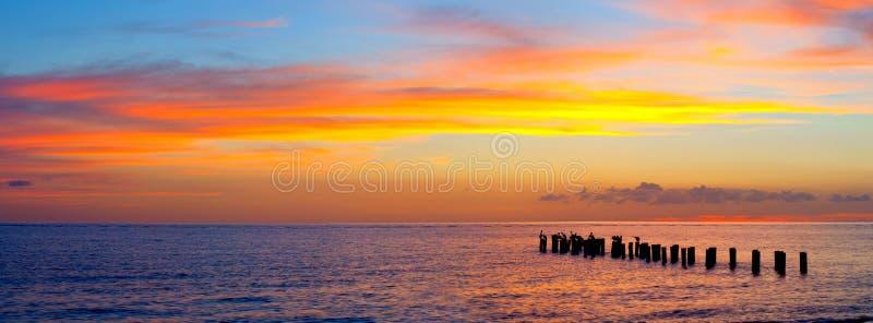 Zonsondergang of zonsopganglandschap, panorama van mooie aard, strand royalty-vrije stock foto's