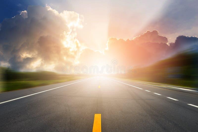 Zonsondergang of zonsopganglicht boven asfaltweg royalty-vrije stock fotografie