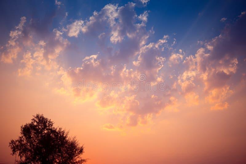 Zonsondergangachtergrond met prachtige gouden gele hemel Schemerhemel in de avond, het verbazen dramatische en prachtige wolk bij stock foto