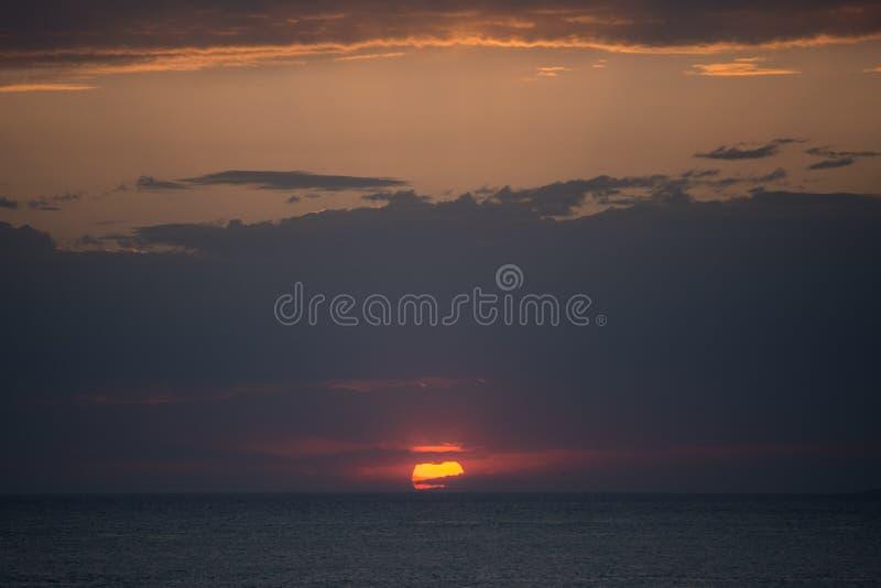 Zonsondergangachtergronden over het overzees royalty-vrije stock foto