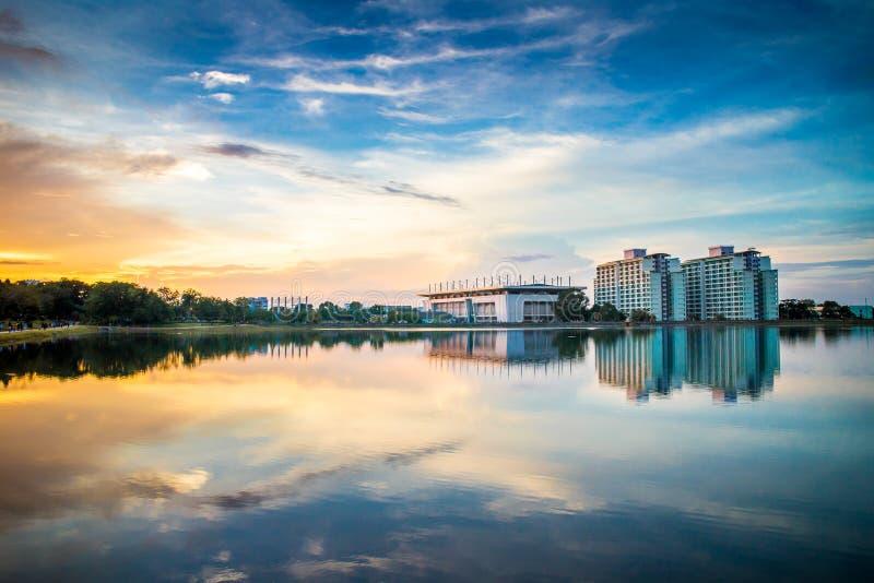 Zonsondergangatmosfeer rond het reservoir in Prins van Songkla-Universiteit in Songkhla-Provincie, Thailand stock foto