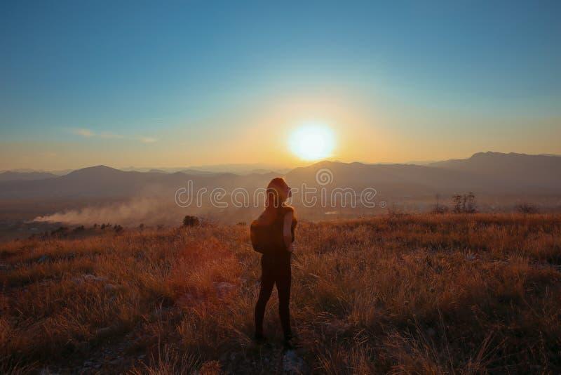 Zonsondergangberg Uitgestrekt de wapensverstand van de toeristen Vrij gelukkig vrouw royalty-vrije stock foto
