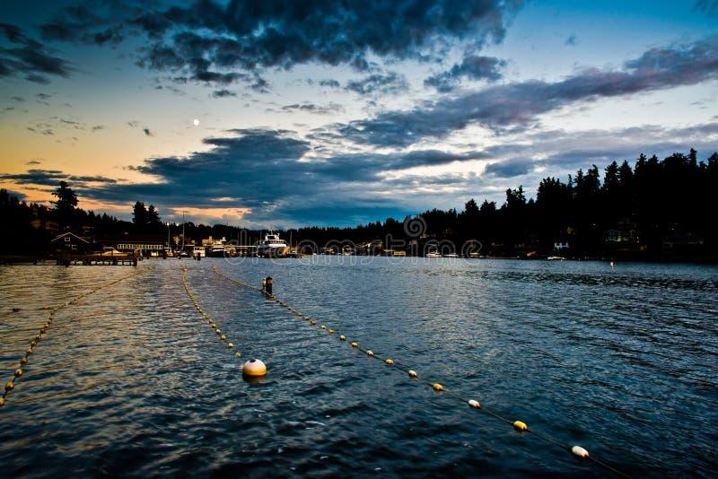 Zonsondergangbezinning bij Meydenbauer-Strandpark tussen Zwemmende Stegen in Bellevue, Washington, Verenigde Staten royalty-vrije stock foto's