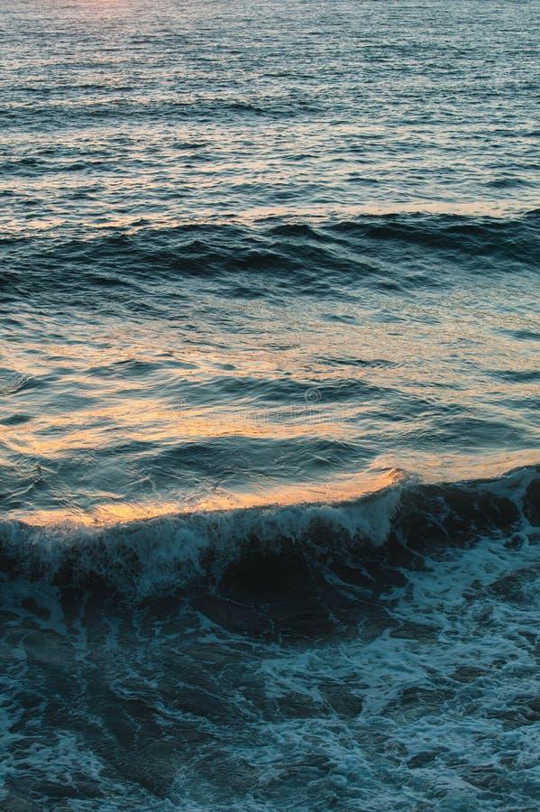 Zonsondergangbezinningen over de oceaanoppervlakte stock afbeelding
