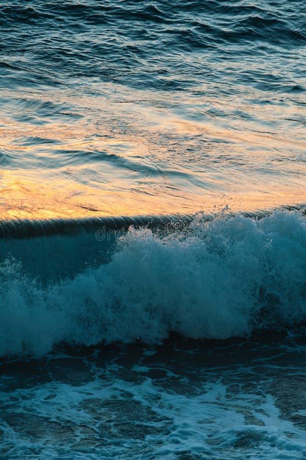 Zonsondergangbezinningen over de oceaanoppervlakte royalty-vrije stock foto