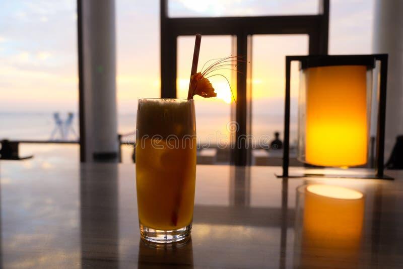 zonsondergangcocktail stock foto