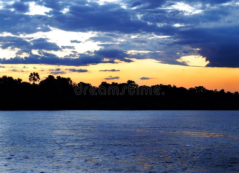 Zonsondergangcruise over Zambezi stock afbeelding