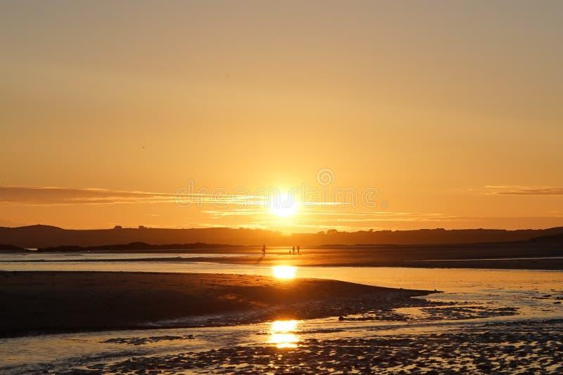 Zonsonderganggang op een strand royalty-vrije stock afbeelding