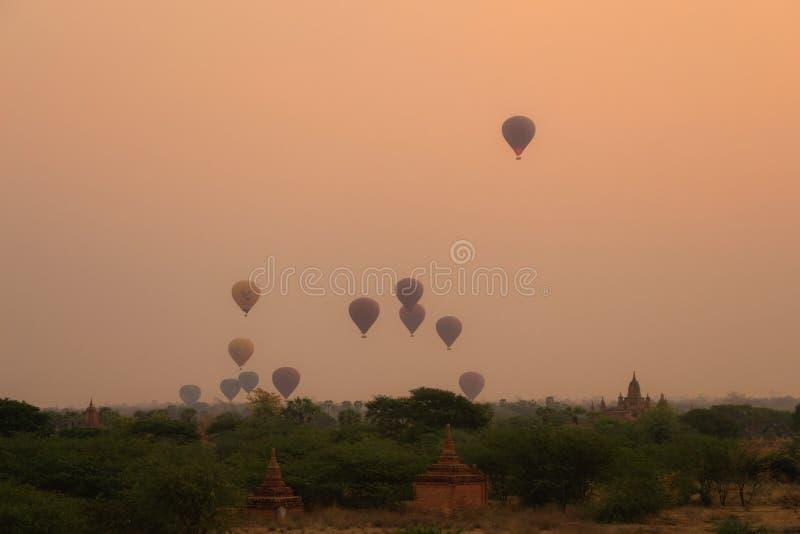 Zonsonderganghemel bij bagan; Myanmar stock afbeelding