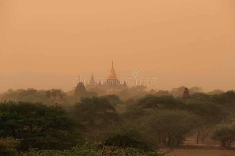 Zonsonderganghemel bij bagan; Myanmar royalty-vrije stock foto's