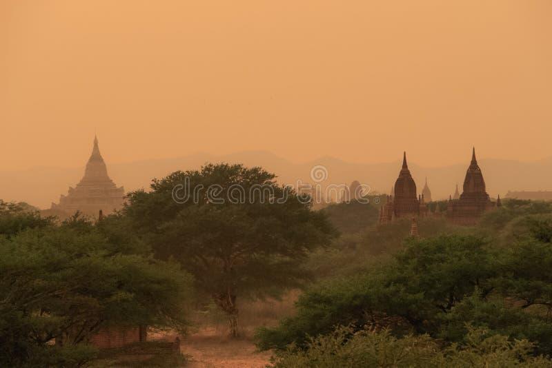 Zonsonderganghemel bij bagan; Myanmar stock fotografie