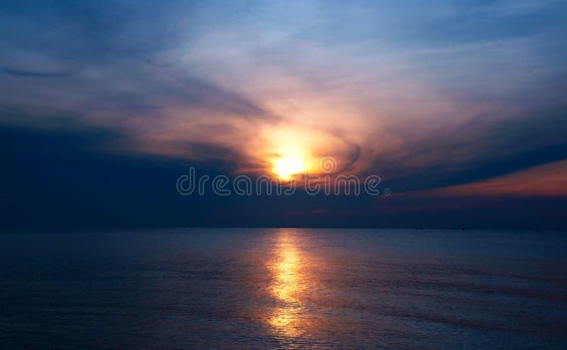 Zonsonderganghemel en zon Dramatische zonsonderganghemel met oranje wolken stock afbeelding