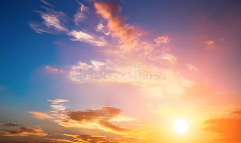 Zonsonderganghemel en zon. Dramatische zonsonderganghemel met oranje wolken en zon. royalty-vrije stock foto
