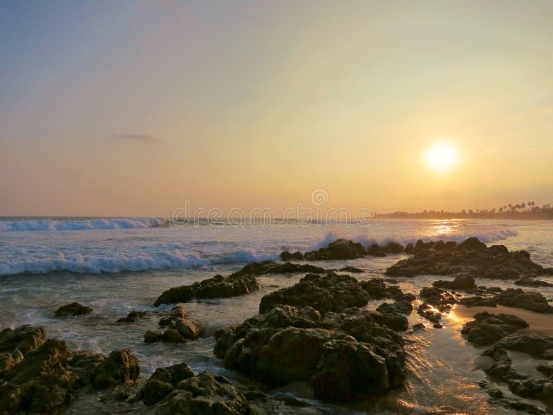 Zonsonderganghemel in Kamburugamuwa, Mirissa, Sri Lanka royalty-vrije stock foto
