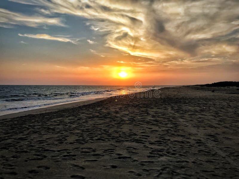 Zonsonderganghemel op een wild strand royalty-vrije stock fotografie