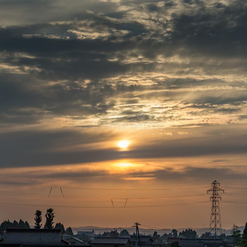 Zonsonderganghemel over bergen en elektriciteitspyloon, Kanazawa, Japan stock foto's