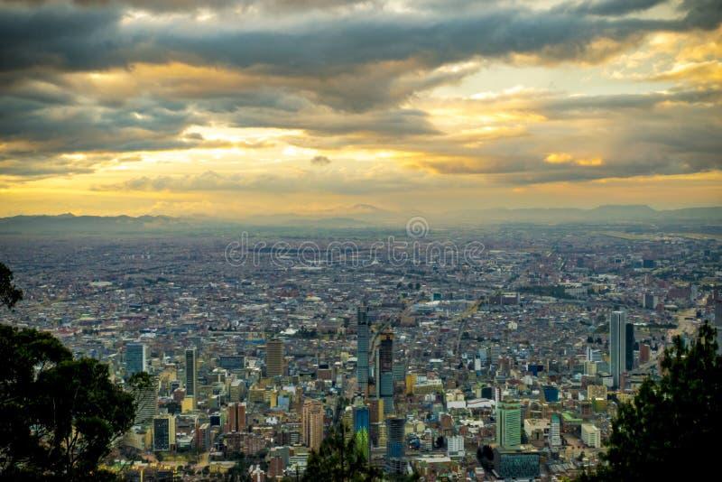 Zonsonderganghemel over de stad van Bogota stock foto's