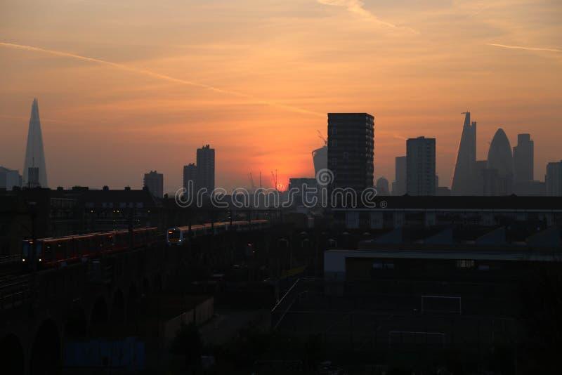 Zonsonderganghemel & scherf in de stad van Londen stock fotografie