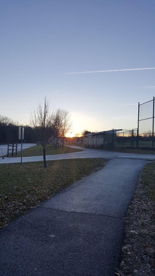 zonsonderganghonkbalveld in een park bij schemerdageraad stock foto
