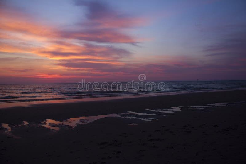 Zonsondergangkleuren bij strand Texel stock foto's