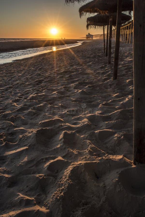 Zonsonderganglandschap bij Spaans zuidenstrand stock foto