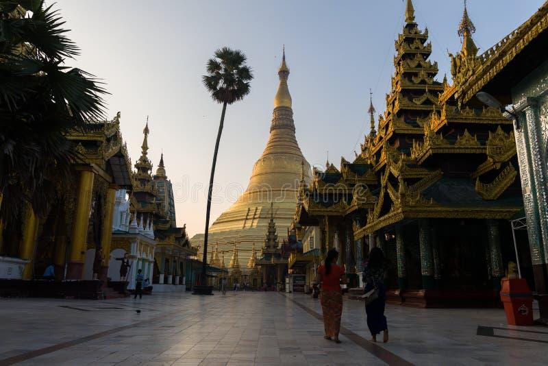 Zonsonderganglandschap in de gouden Shwedagon-pagode in Yangon of Rangoon, Myanmar stock afbeelding