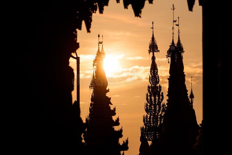 Zonsonderganglandschap in de gouden Shwedagon-pagode in Yangon of Rangoon, Myanmar stock foto