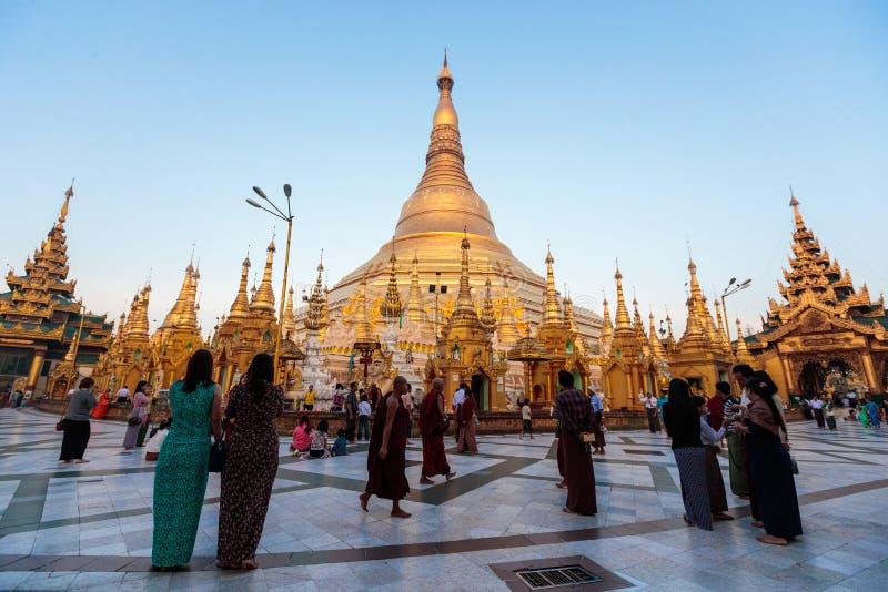 Zonsonderganglandschap in de gouden Shwedagon-pagode in Yangon of Rangoon, Myanmar royalty-vrije stock foto's