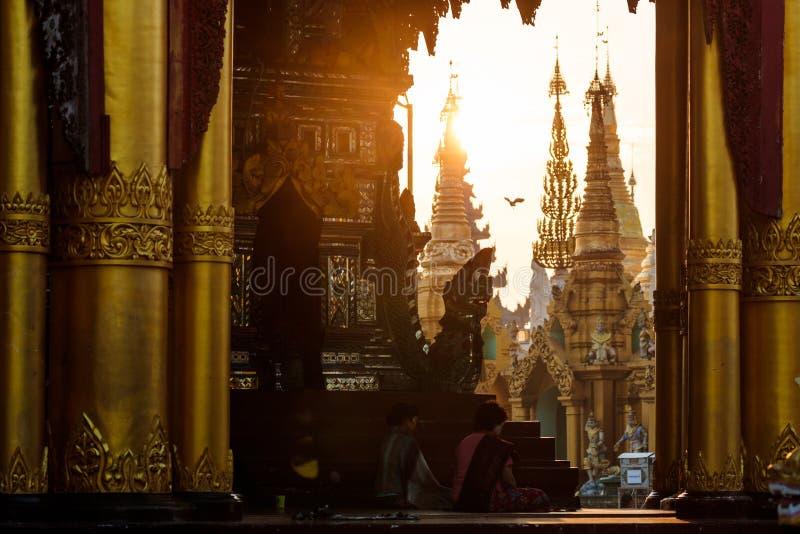 Zonsonderganglandschap in de gouden Shwedagon-pagode in Yangon of Rangoon, Myanmar royalty-vrije stock foto