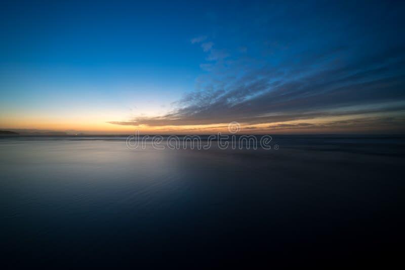 Zonsonderganglandschap in het strand van Asturias van Xago II royalty-vrije stock foto's