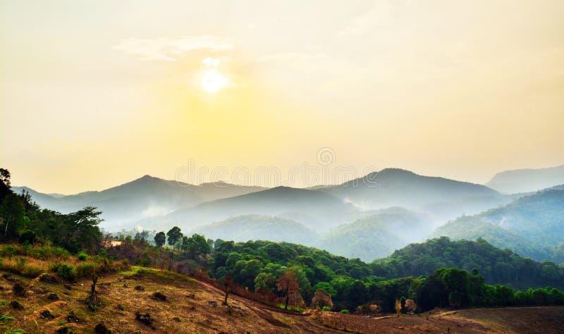 Zonsonderganglandschap in khuntae bij chiangmai, HDR royalty-vrije stock foto